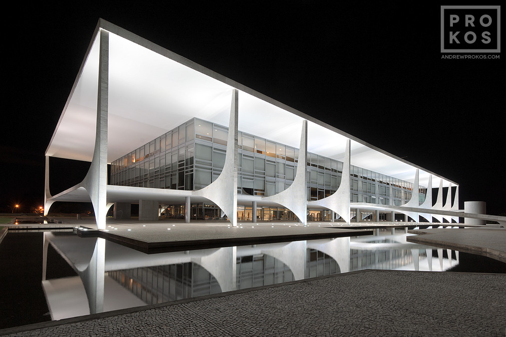 A view of the Palacio do Planalto at night, Brasilia, Brazil. Vista do Palacio do Planalto a noite, Brasilia.