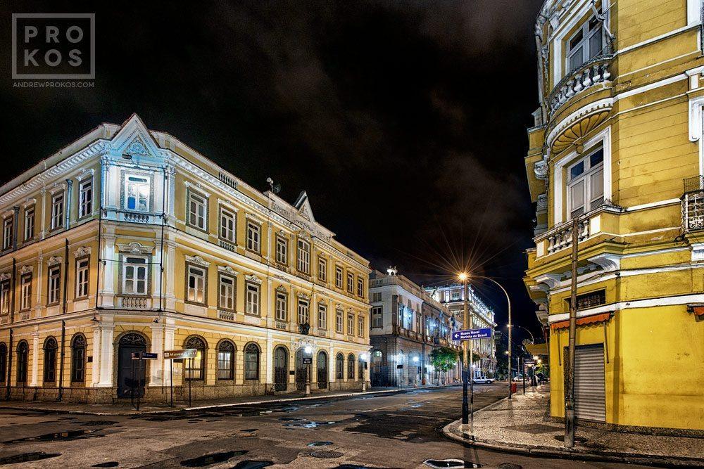 A view of the streets of Rio de Janeiro's Centro Historico at night. Uma visão das ruas do Centro Histórico do Rio de Janeiro à noite..