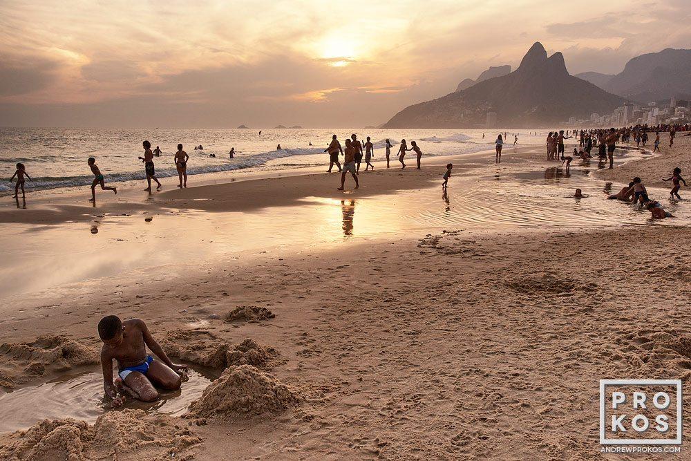 Ipanema beach at sunset, Rio de Janeiro, Brazil. Vista da praia de Ipanema ao por-de-sol.